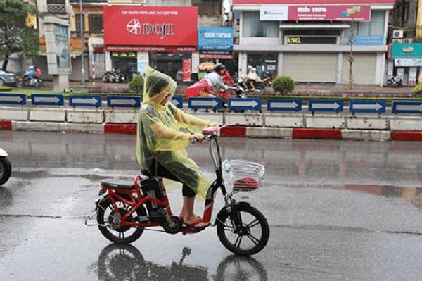 Những lưu ý khi đi xe đạp điện dưới trời mưa