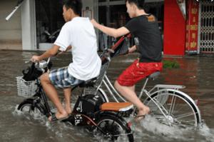 Tránh đi xe vào cũng nước, đường phố bị ngập sâu