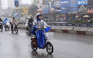 Đi xe đạp điện chậm hơn vào trời mưa bão để đảm bảo an toàn
